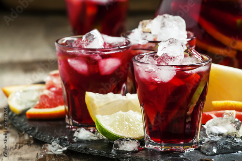 Fotografia Spanish sangria with fruit and ice, selective focus