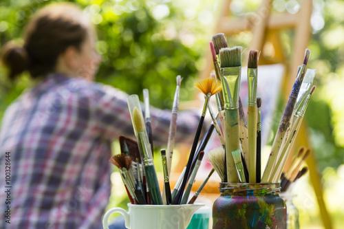 Foto Frau beim Malen mit pinseln, Frau Malerei mit Pinsel