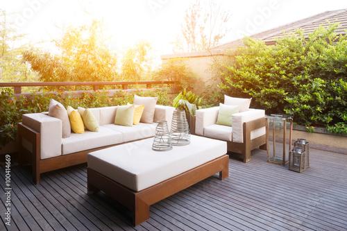Fotomural Muebles de diseño elegante y moderno en el patio