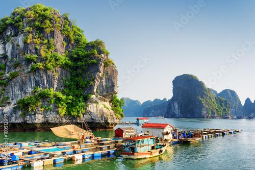 Obraz na płótnie Floating fishing village, the Ha Long Bay, Vietnam