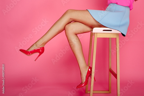 Canvastavla Female legs with red heels