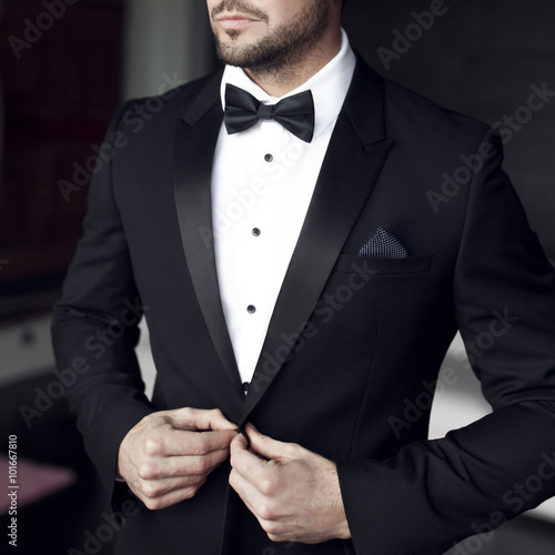 Photo Sexy man in tuxedo and bow tie