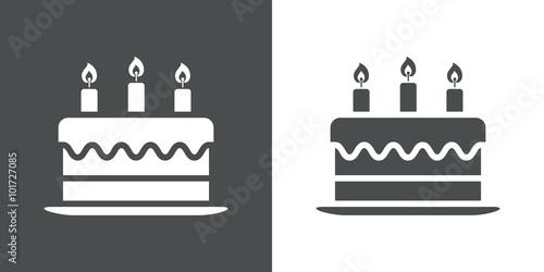 Icono plano tarta de cumpleaños con velas en fondo gris y fondo blanco