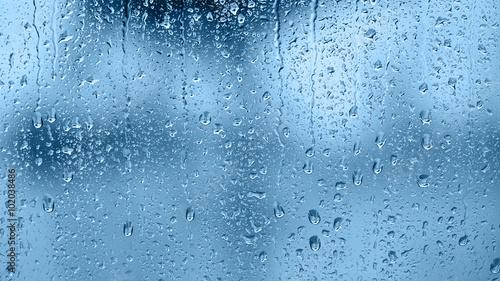Naklejka na okno łazienkowe Krople deszczu na szybie w odcieniu niebieskim