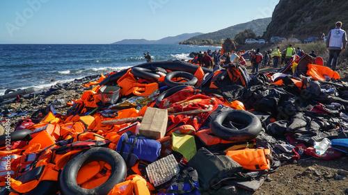 Obraz na płótnie Abandoned belongings and life jackets on the Lesvos shore