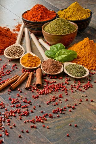 Canvastavla Variety of spices on kitchen table