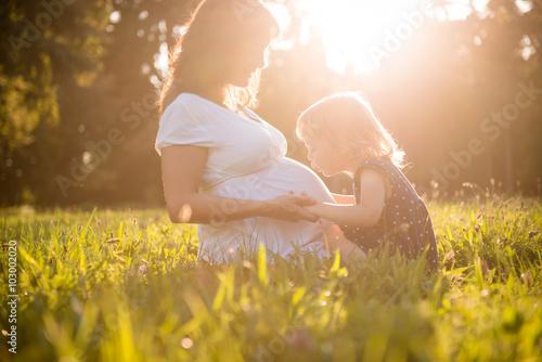 Fotografia Child kissing belly og pregnant mother