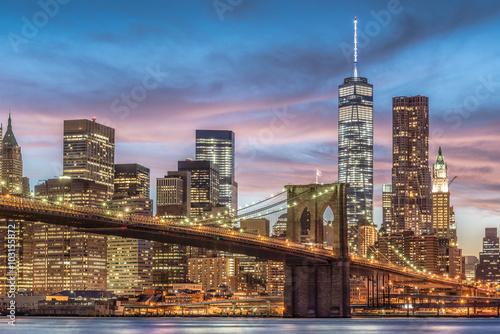 Fototapeta premium Brooklyn Bridge z zachodem słońca, Nowy Jork, USA