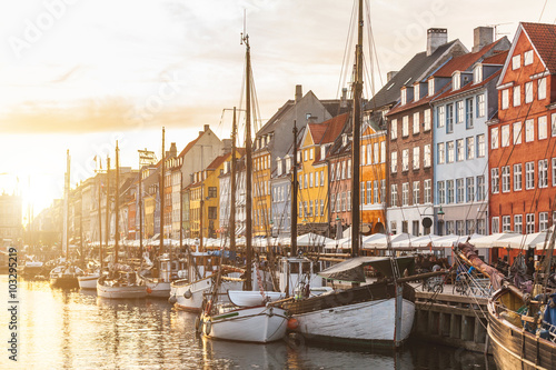 Canvas Print Colorful houses in Copenhagen old town at sunset