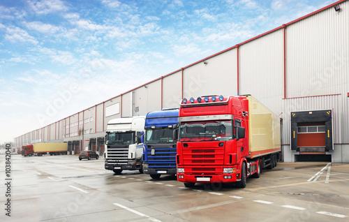 Foto Truck in unloading in warehouse
