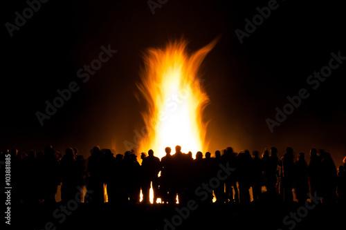 Leinwand Poster Gruppe von Menschen auf Lagerfeuer