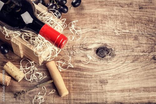 Fototapeta Nastavení s lahví červeného vína, hroznů a korky