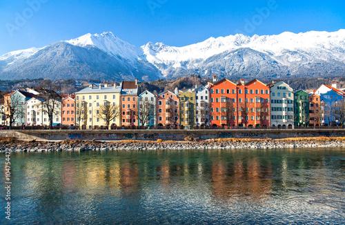 Fotografia Austria,  Innsbruck, the Mariahilf strasse colored houses on the Inn river with