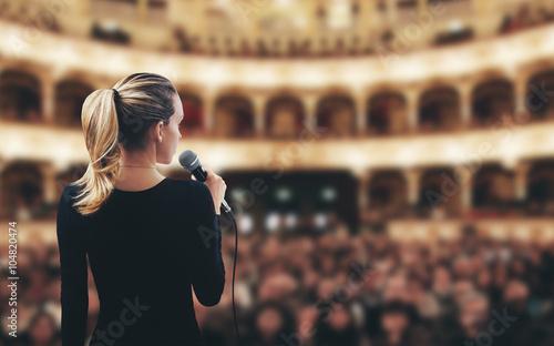 Donna con microfono su palco teatro canta Fototapeta