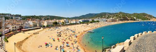 Valokuvatapetti A crowd of vacationers enjoy the warm beaches of Costa Brava