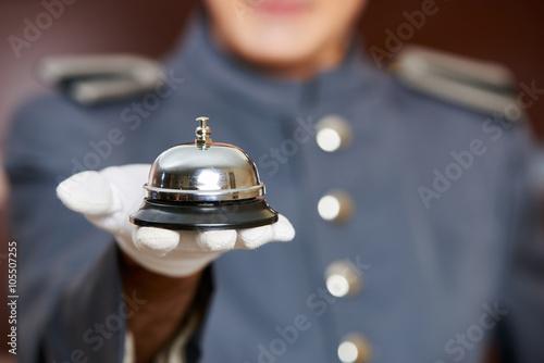 Fotografie, Obraz Hotelglocke auf Hand von Concierge