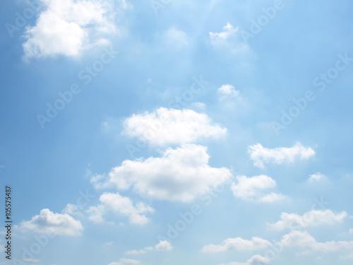 Fototapeta Niebieskie niebo z białymi chmurami na ścianę