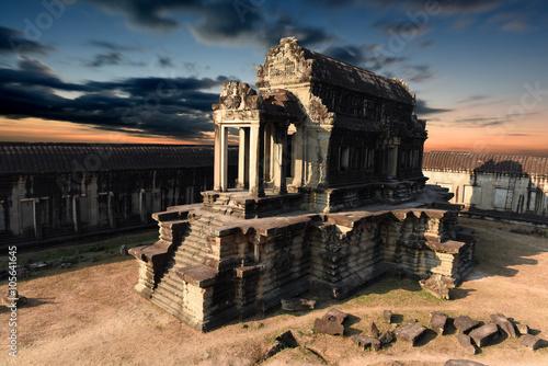 Fototapeta premium Kambodża, Siem Reap - Angkor Wat, jedna ze świątyń wewnątrz obszaru Angkor Wat o zachodzie słońca