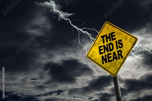 Obraz na plátně Konec je blízko značka s bouřlivé pozadí