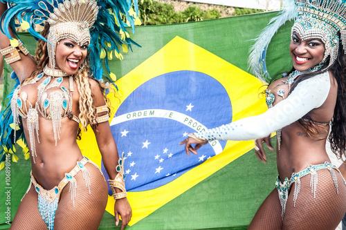Obraz na plátně Samba dancers with brazilian flag, Rio De Janeiro, Brazil