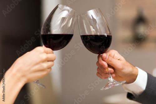 Fototapeta Pár opékání sklenky na víno