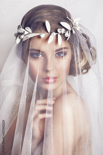 Fotografia Beautiful bride with fashion wedding hairstyle - on white background