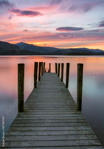 Vibrant pink and orange sunset at Ashness Jetty in the Lake District, UK Fototapet