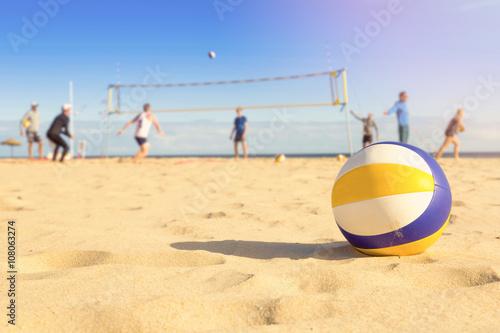 grupa przyjaciół grających w siatkówkę plażową