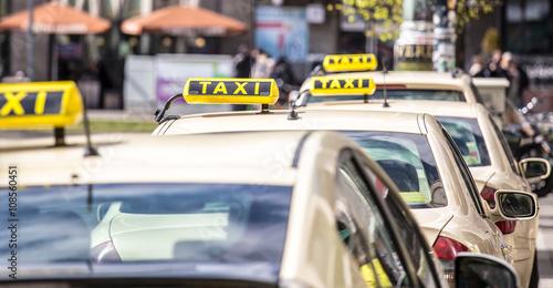 Taxifahrer warten in Berlin am Alexanderplatz auf Fahrgäste Fototapete