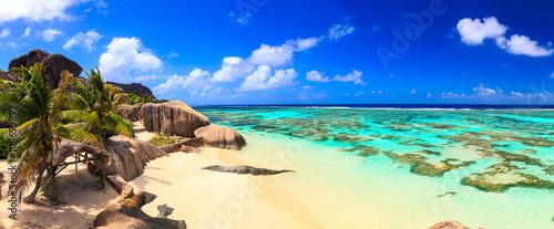 Obraz na płótnie Beautiful beach panoramic view on a paradise island near the ocean on Seychelles