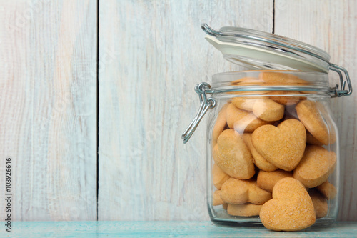 Fotografia transparent to open a jar with delicious cookies on wooden background close