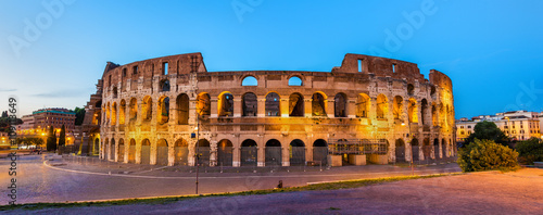 Foto Evening view of the Colosseum in Rome