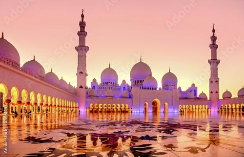 Obraz na plátně Sheikh Zayed Grand Mosque at dusk in Abu Dhabi, UAE