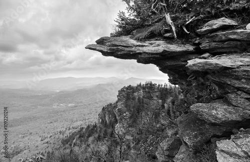 Naklejki na drzwi Czarno-biały skalisty wyblakły klif wystający ze szczytu Appalachów na Górze Dziadka