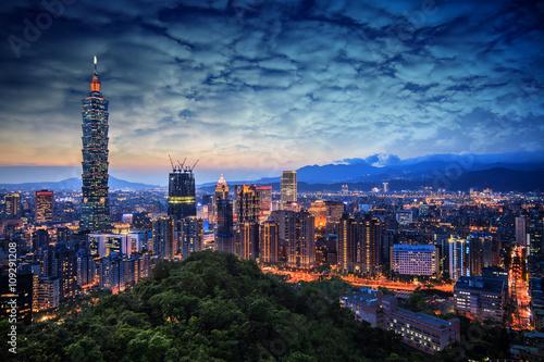 Fototapeta premium Piękny zachód słońca z Tajpej, Tajwan panoramę miasta