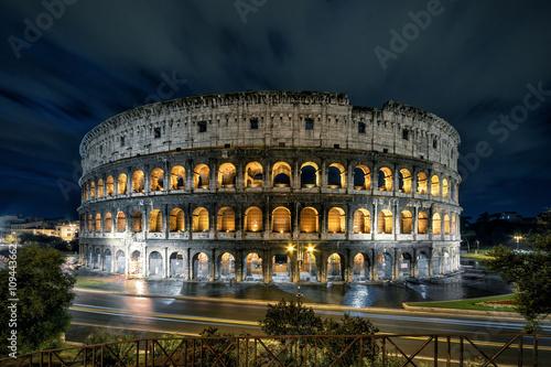 Cuadros en Lienzo Famous ancient Roman Colosseum (Coliseum) at night, Rome, Italy