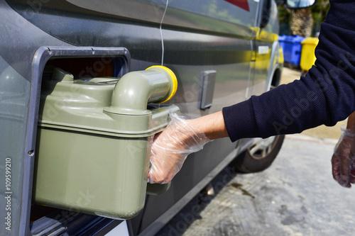 Fotografia removing the sewage tank of a campervan