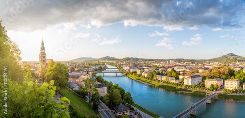 Fototapeta premium Panoramiczny widok na Stadt Salzburg z rzeką Salzach wieczorem, Salzburg, Austria