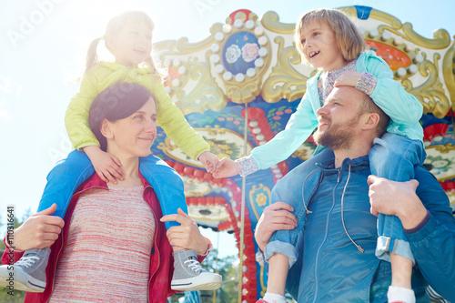 Carta da parati Family in amusement park