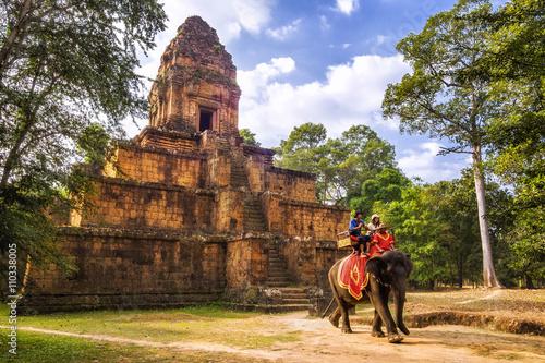 Fototapeta premium Turyści jadący na słoniu w Angkor, Siem Reap, Kambodża.