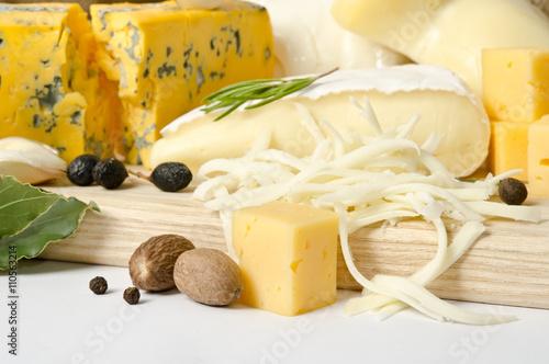 Plakat Różne rodzaje sera z przyprawami na desce