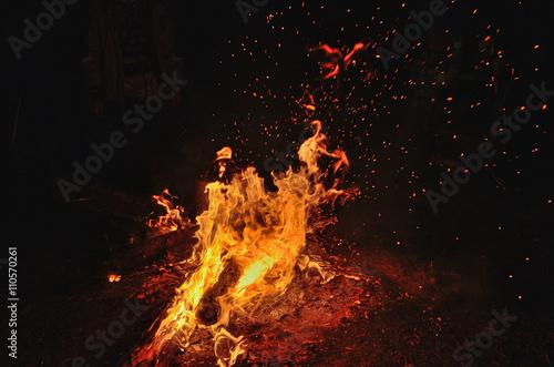 Leinwand Poster Night bonfire on the river