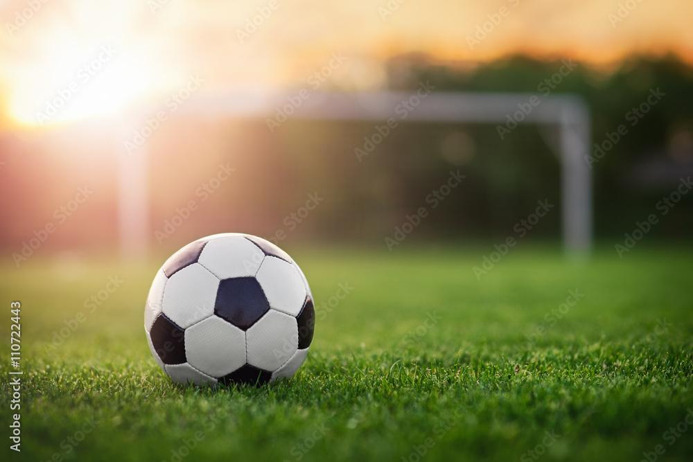 Piłka nożna słońca / piłki nożnej w zachodzie słońca <span>plik: #110722443 | autor: steevy84</span>