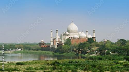 Fotografia Panoramic view of the Taj Mahal and the the river Yamuna, Agra