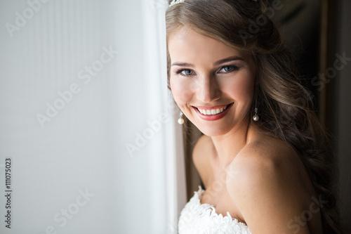 Murais de parede happy bride smiling at the camera