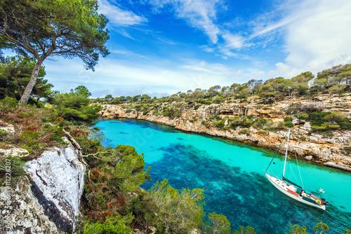 Foto Segelboot-Liegeplatz an der idyllischen Bucht von Cala Pi, Mallorca