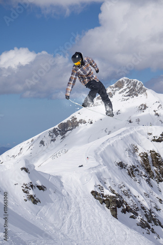 Photo Snowboard rider jumping on mountains