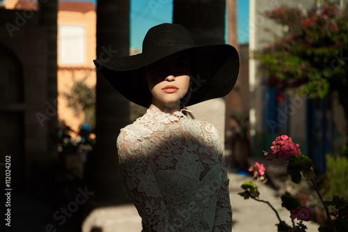 Fotografia Elegant lady in an old European town