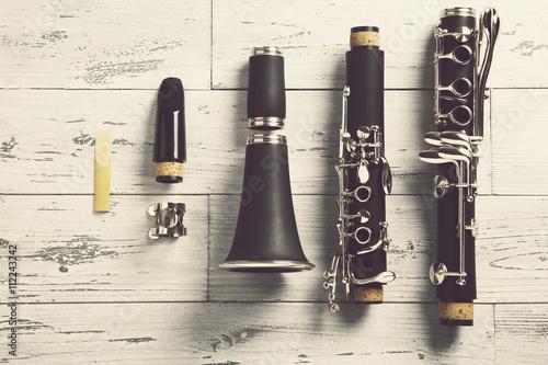 Valokuva disassembled clarinet / overhead of a disassembled clarinet on wood top