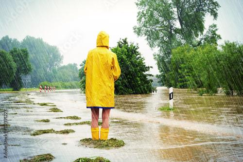 Fotografia Frau im Hochwasser